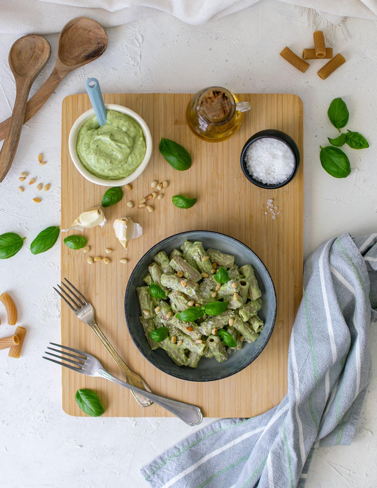 pesto_avocado_basilico_pinoli_tortiglioni_ricetta